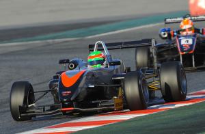 Il pilota saudita Saud Al Faisal nel 2013 in pista al volante di una Dallara F308
